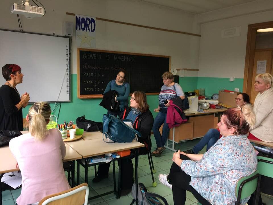 Italská stáž - Diskuse o tom, jak se děti učí společně v malé škole blízko Bologni.