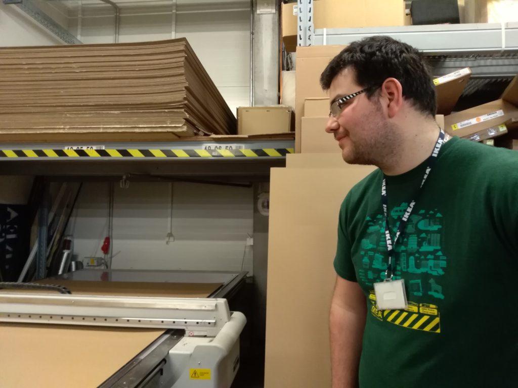 Miloš pracuje v obchodním domě IKEA