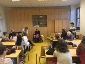 Studenti v rámci Týdne pro inkluzi 2018 debatují s vozíčkářkou Květou Krčmářovou.